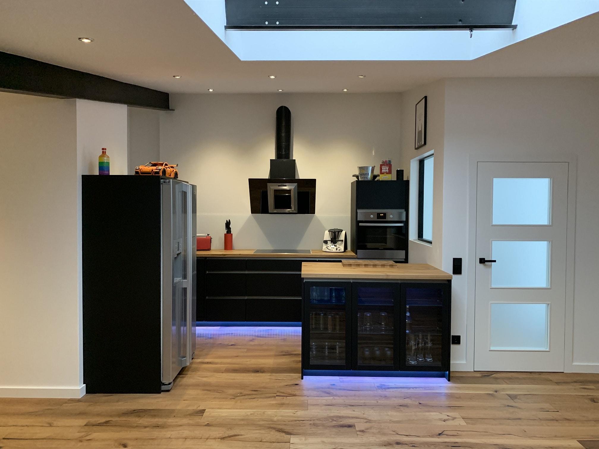 Küche schwarz matt, Eiche Massivplatte geölt ...