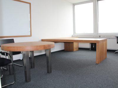 Schreibtisch und Besprechungstisch Eiche